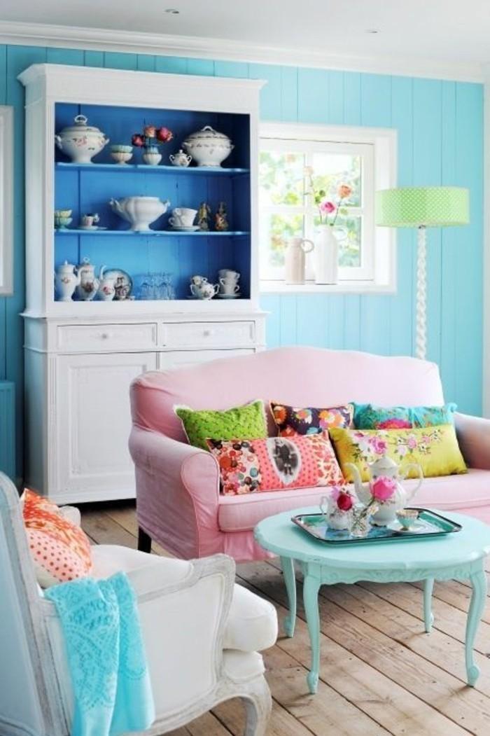 canapé-rose-dans-le-salon-chic-sol-en-planchers-murs-bleus-claires-lampe-de-salon