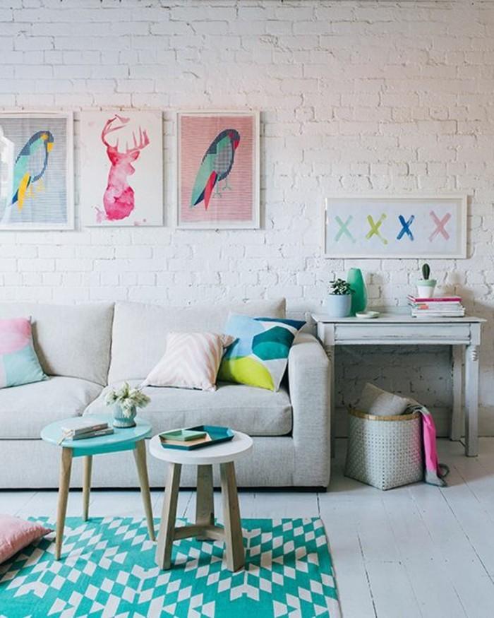 canape-beige-tapis-bleu-clair-dessin-moderne-mur-de-briques-blancs