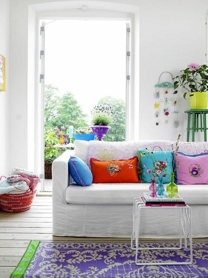 canape-beige-tapis-colore-coussins-de-canape-murs-blancs-idée-peinture-salon