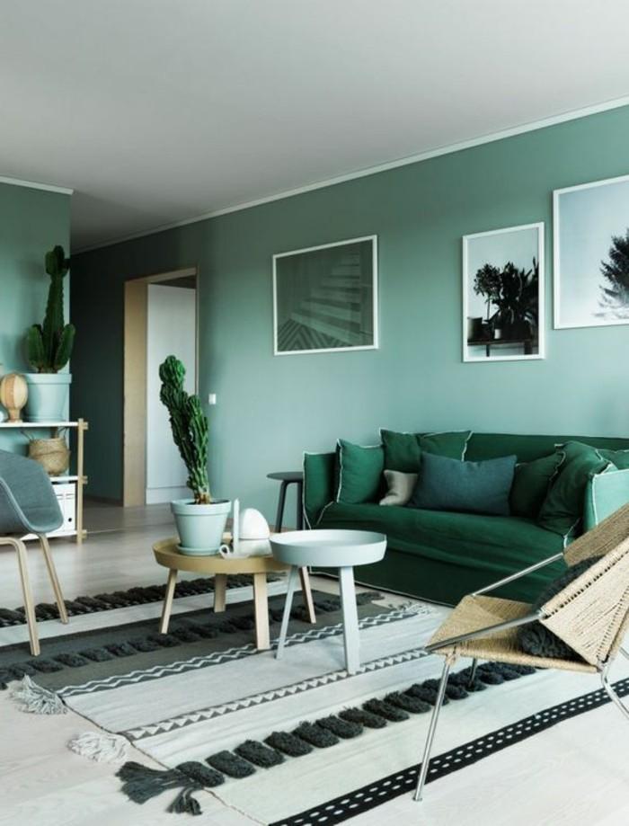 canape-vert-foncé-tapis-beige-table-de-salon-basse-idée-peinture-salon-vert-bleu