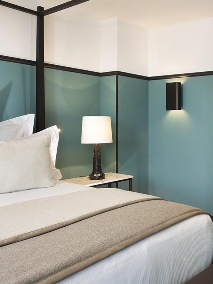 chambre-a-coucher-mur-en-double-couleur-blanc-et-bleu-peindre-une-pièce-en-deux-couleurs