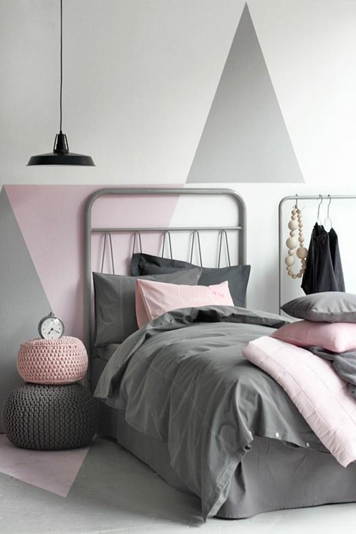 chambre-adulte-chambre-parentale-murs-colorés-gris-blanc-rose-lit-couverture-de-lit-grise