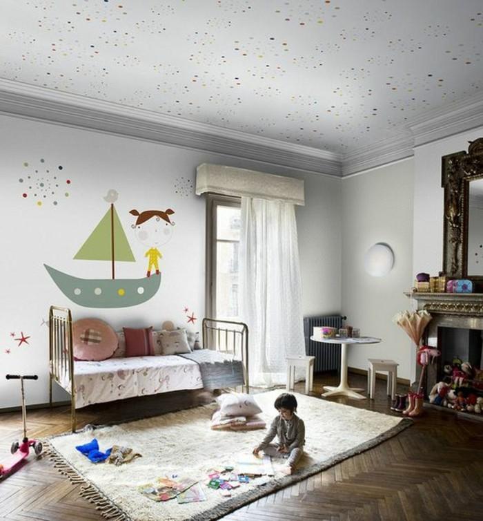 chambre-d-enfant-en-parquet-foncé-rideaux-longs-blancs-chambre-d-enfant-assortir-les-couleurs