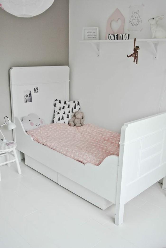 chambre-d-enfant-murs-blancs-blancs-beiges-lit-chambre-enfant-sol-blanc-lit-chambre-enfant