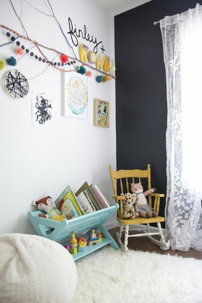 chambre-d-enfant-murs-blancs-noirs-tapis-fausse-fourrure-blanc-meubles-chambres-d-enfants