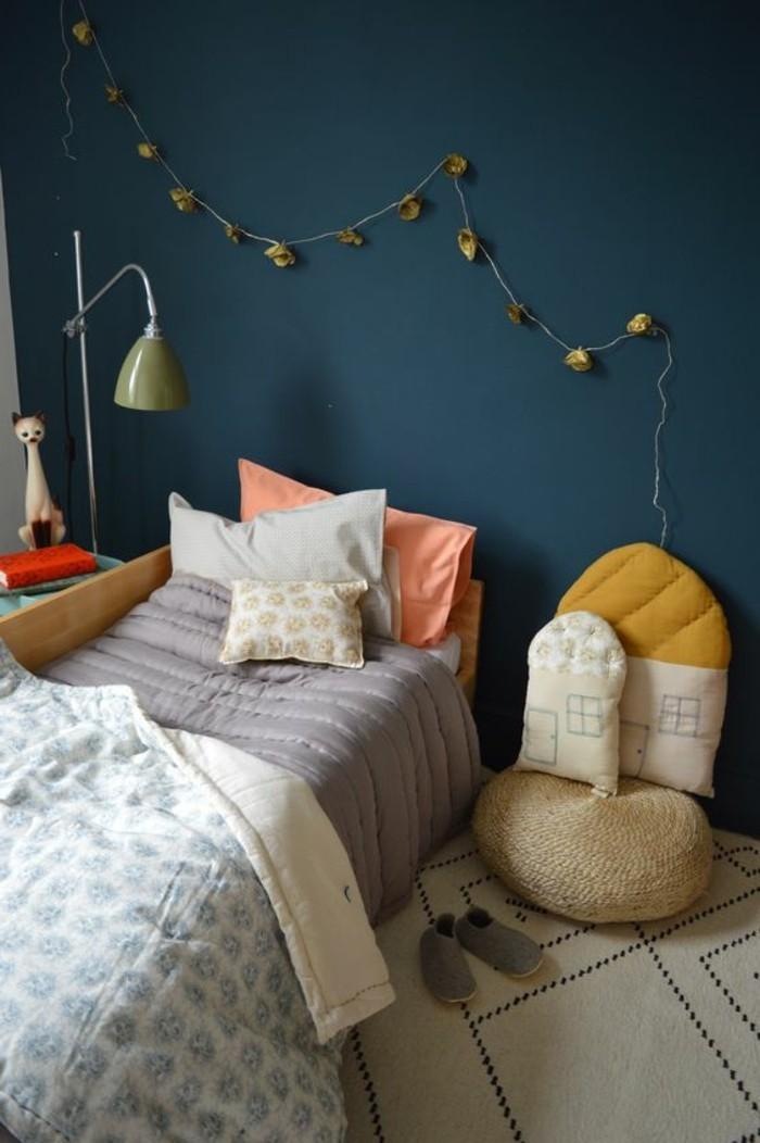 chambre-d-enfant-murs-bleus-foncés-comment-marier-les-couleurs-chambre-d-enfant