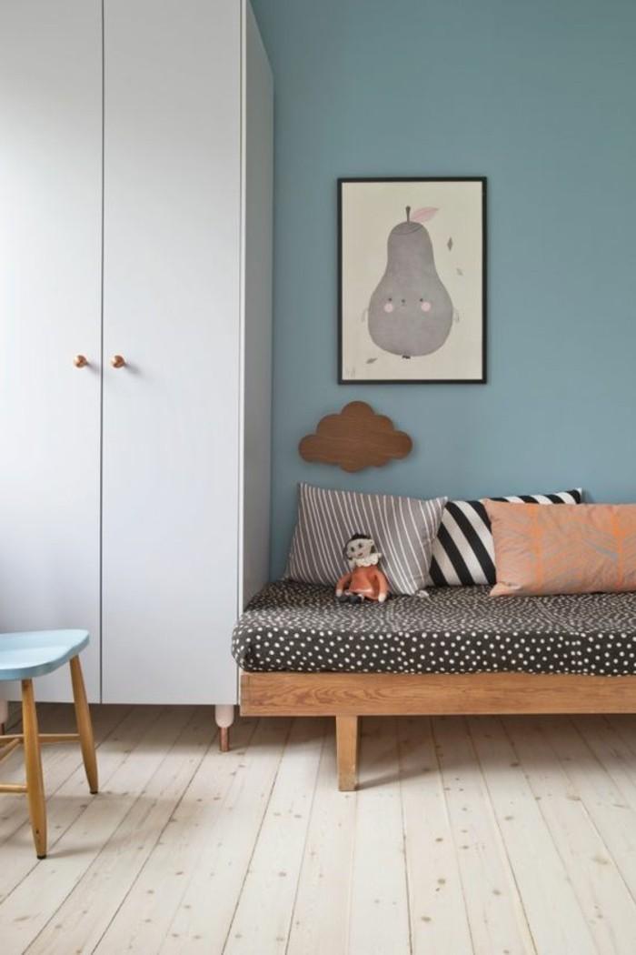 chambre-d-enfant-sol-en-parquet-clair-peindre-une-pièce-en-deux-couleurs-mur-doubles-couleurs