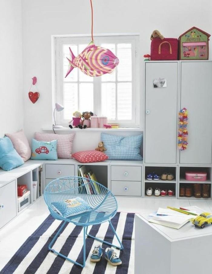chambre-d-enfant-tapis-aux-rayures-blancs-noires-dans-le-chambre-d-enfant