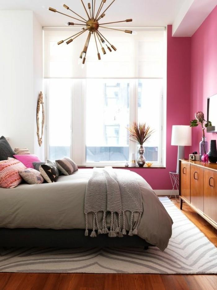chambre-en-deux-couleurs-mur-blanc-et-violette-lustre-doré-chambre-à-coucher