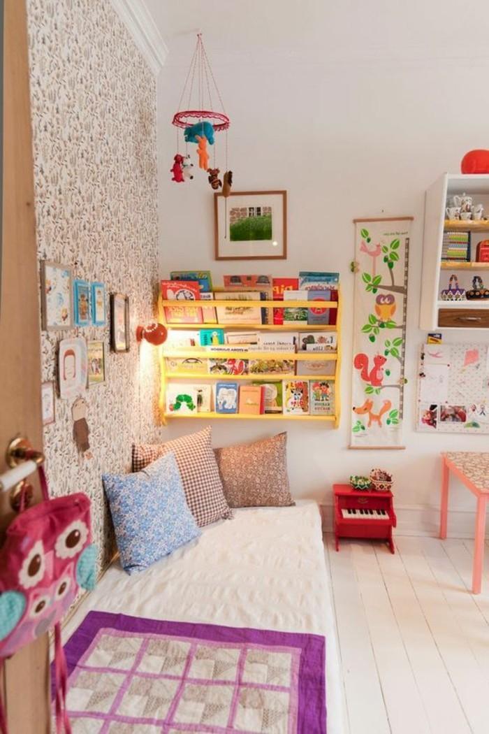 chambre-enfant-couleurs-clairs-sol-en-parquet-clair-planchers-beiges