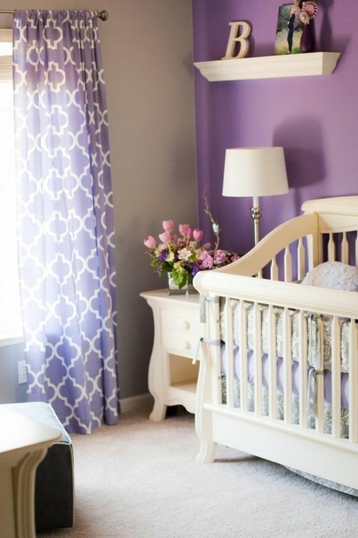 chambre-enfant-moquette-beige-rideaux-longs-violets-lit-bebe-en-bois-clair