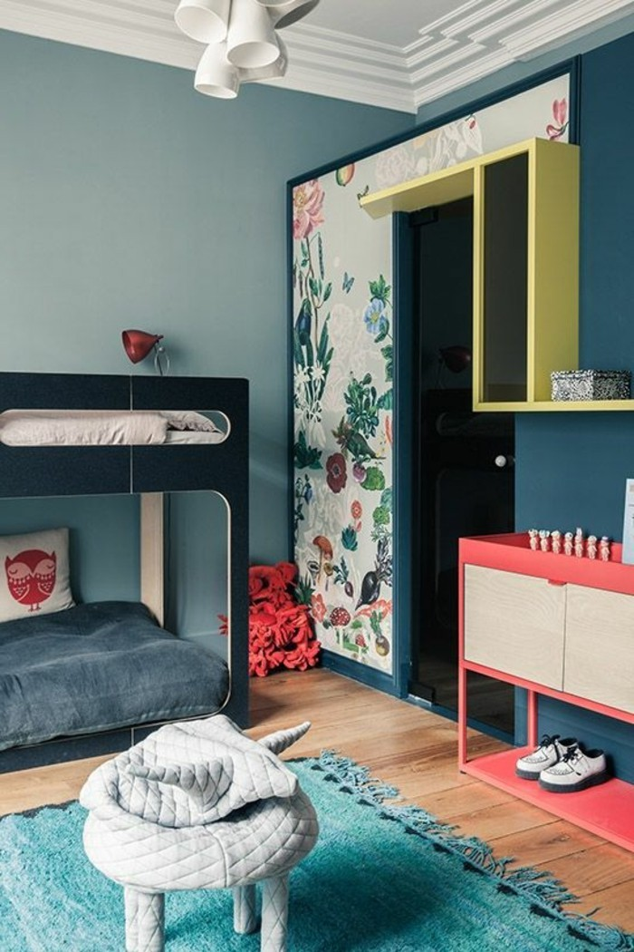 chambre-murs-bleu-clair-et-bleu-foncé-chambre-avec-parquet-clair-tapis-blanc
