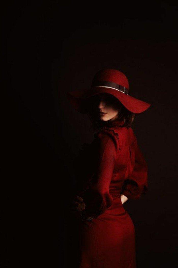 chapeau-rouge-cool-idée-comment-accessoiriser-vos-tenues-dame-noir-et-rouge