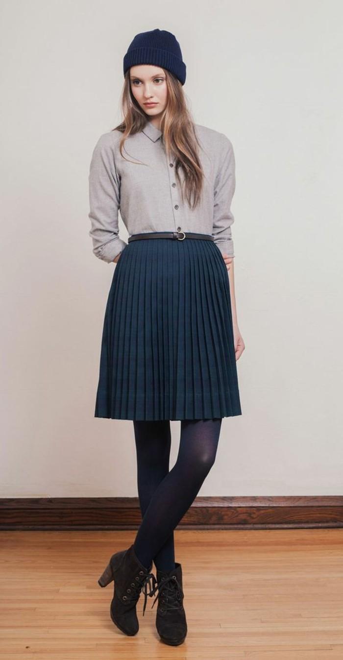 chemise-beige-jupe-femme-bleu-foncé-jupe-courte-plissée-femme-bleu