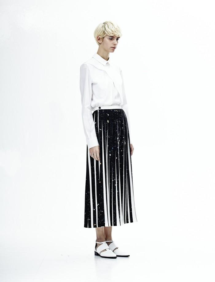 chemise-blanche-femme-chaussures-cuir-blanc-jupe-mi-longue-plissée=chaussures-laque-blanc