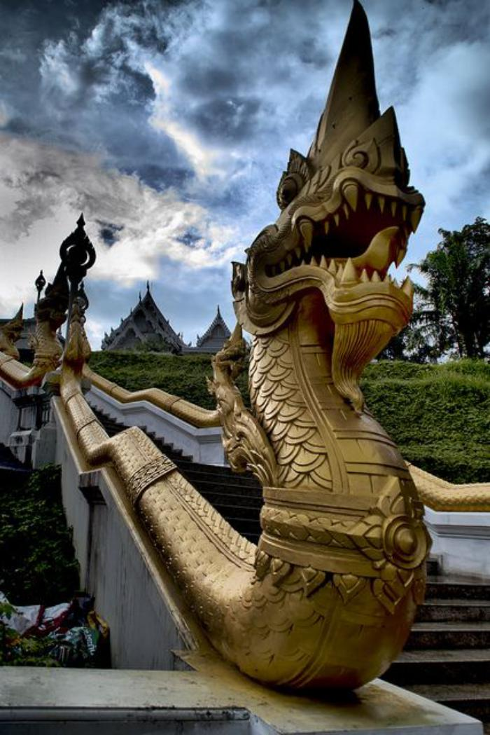 circuit-en-thailande-dragon-doré-sous-le-ciel-de-Thailande
