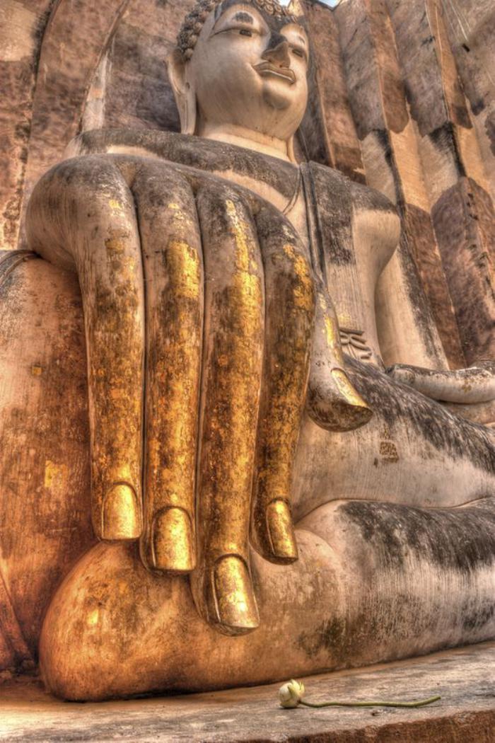circuit-en-thailande-la-main-géante-de-bouddha