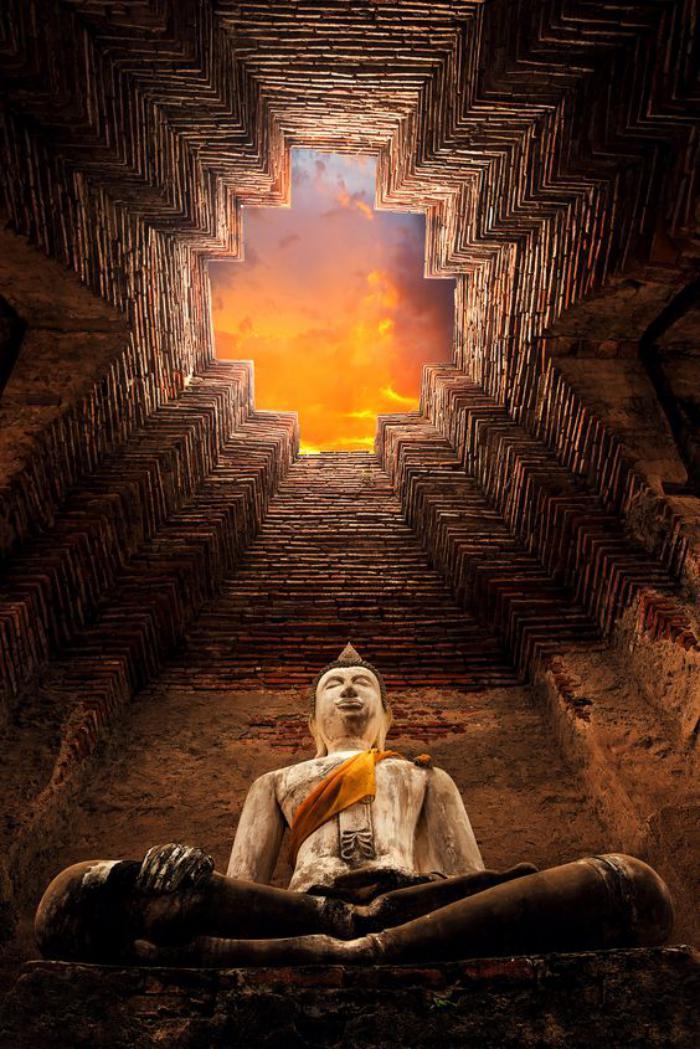 circuit-en-thailande-ancienne-sculpture-en-pierre-de-sable