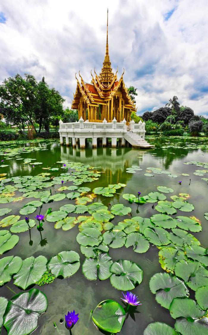 circuit-en-thailande-temple-au-milieu-des-nénuphars