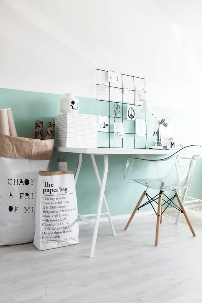 coin-de-travail-mur-blanc-bleu-clair-chaise-transparente-chaise-deisgn-transparente