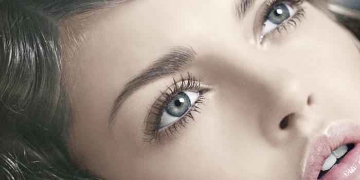 comment-agrandir-les-yeux-maquillage-yeux-ronds-bleus-fille-blonde