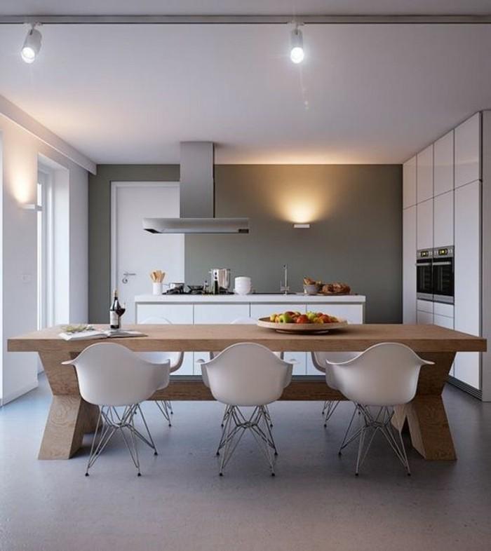 comment-eclairer-la-cuisine-table-en-bois-clair-chaises-en-plastique-beige