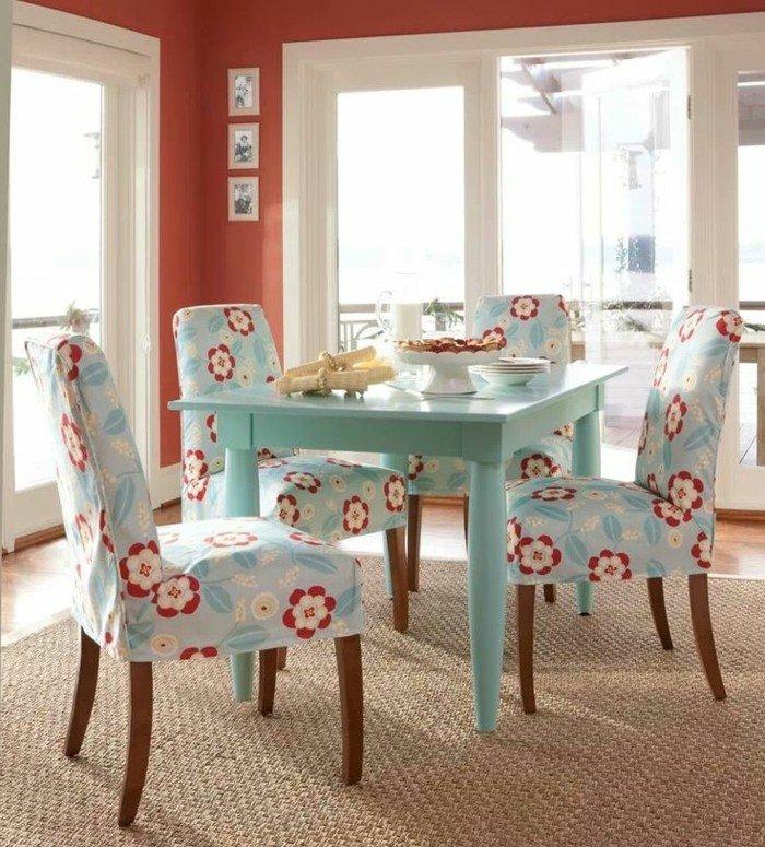 cool-idée-déco-salle-à-manger-table-et-chaises-originales-cuisine-bleu-claire-fleurie