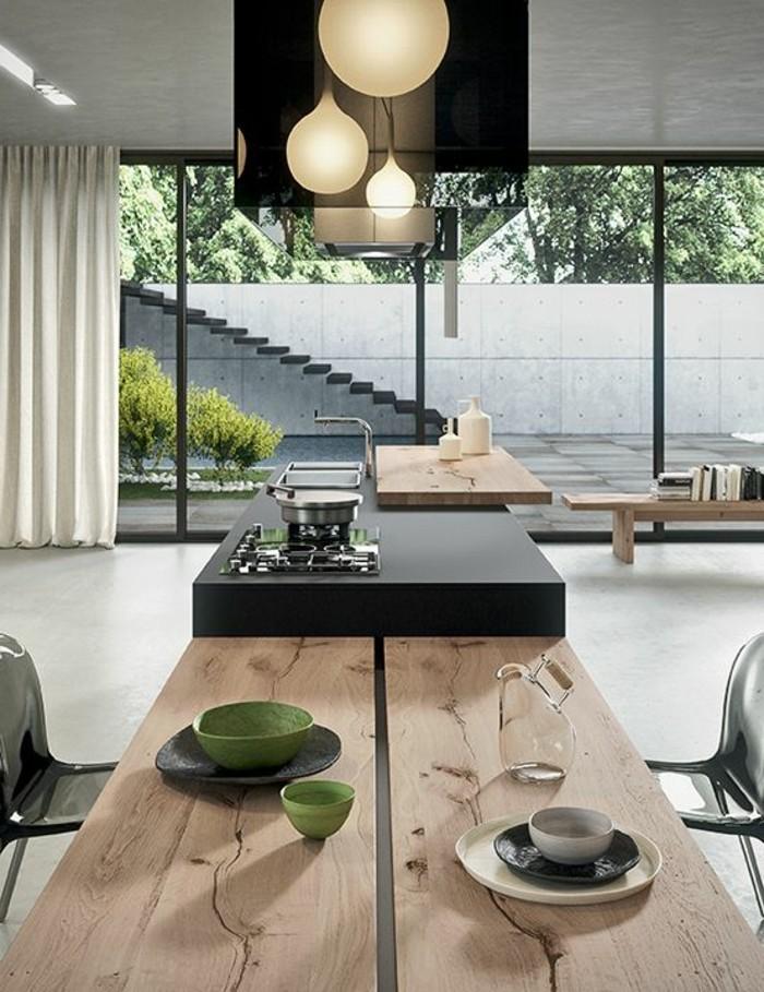 cuisine-avec-grandes-fenetres-table-en-bois-clair-lampadaire-castorama-rideaux-blancs