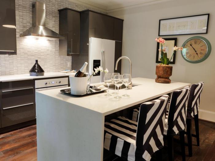 cuisine-avec-ilot-central-blanc-et-chaises-intéressantes