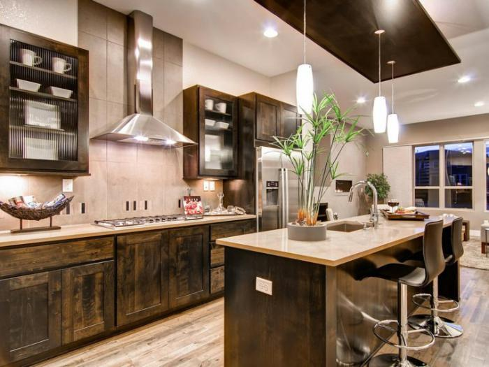 cuisine-avec-ilot-décoration-de-cuisine-élégante-chaises-de-bar