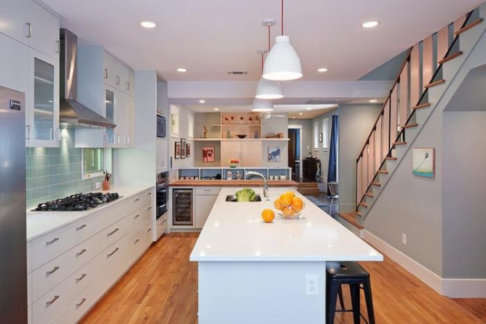 cuisine-avec-ilot-ilot-central-de-cuisine-design-stylé-et-escalier