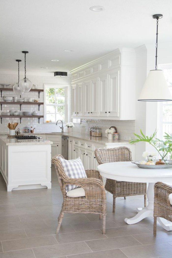 cuisine-blanche-déco-salle-de-séjour-fauteuil-rotin-ikea-idee-exterieur-balcon-terrasse