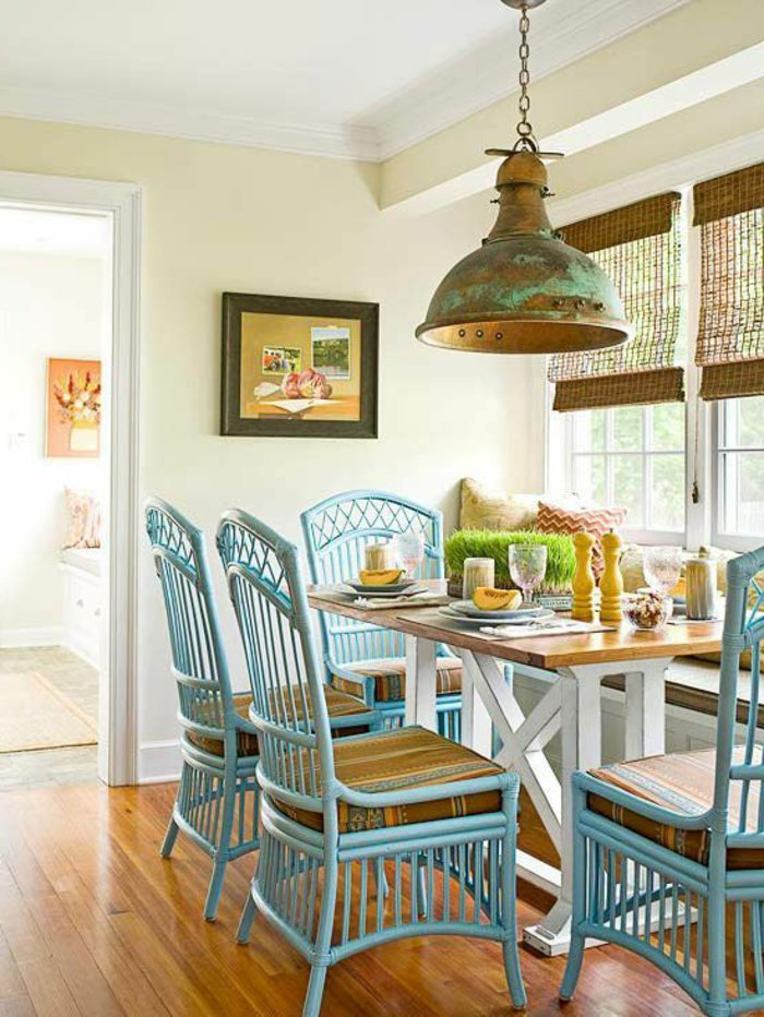 cuisine-chaises-rotin-bleu-clair-intérieur-design-fauteuil-rotin-vintage-cool-idée-aménagement-salon