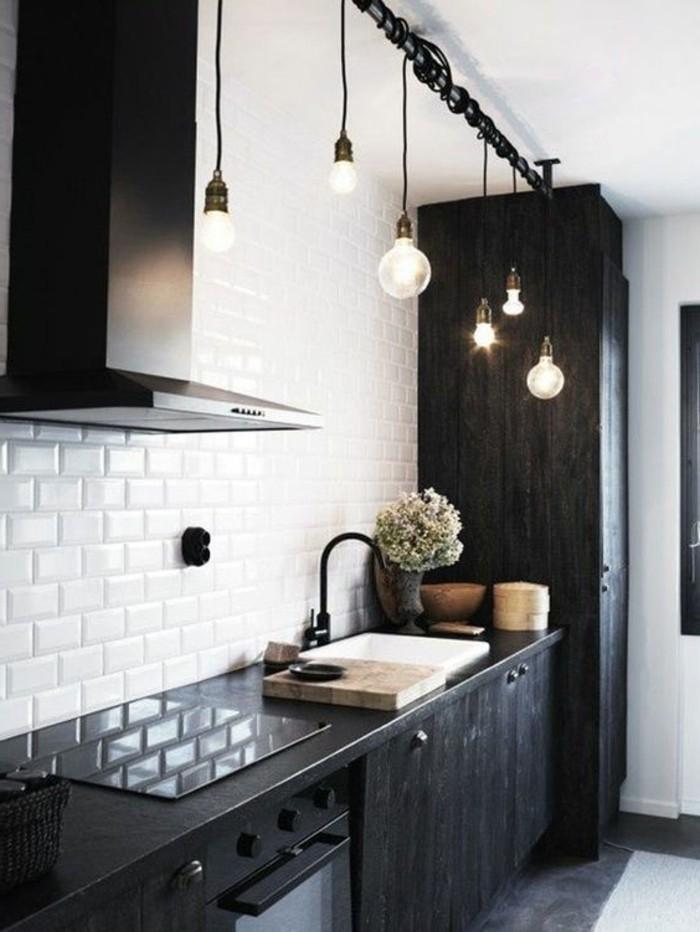 cuisine-noir-avec-carrelage-blanc-meubles-de-cuisine-blancs-luminaire-salle-a-manger