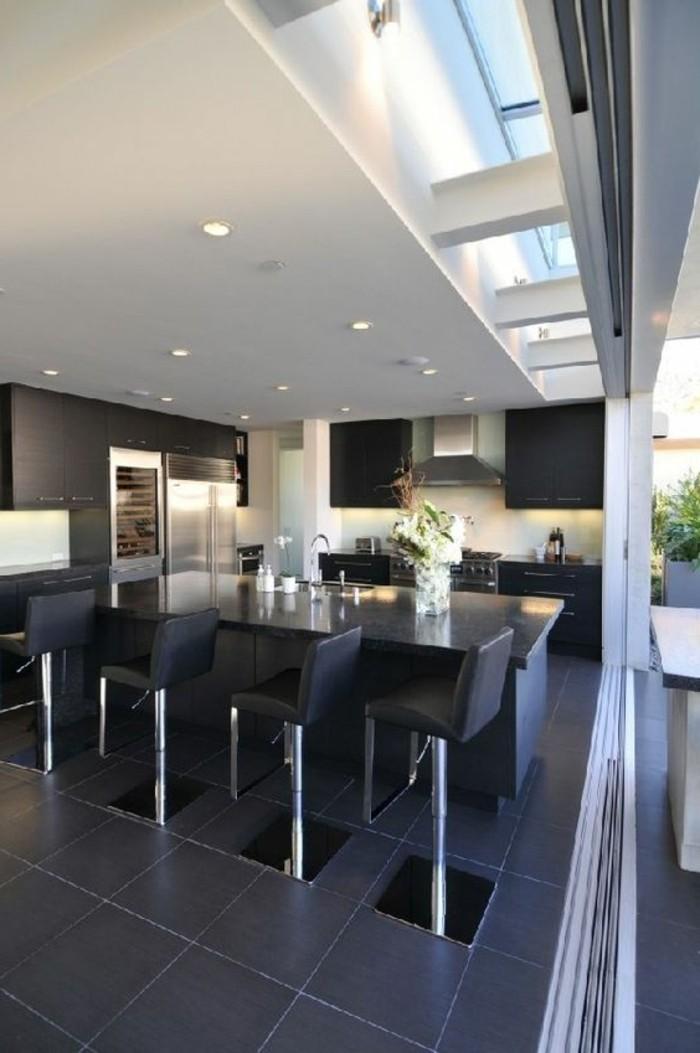 cuisine-noire-carrelage-noir-dans-la-cuisine-moderne-chaises-noires-en-cuir