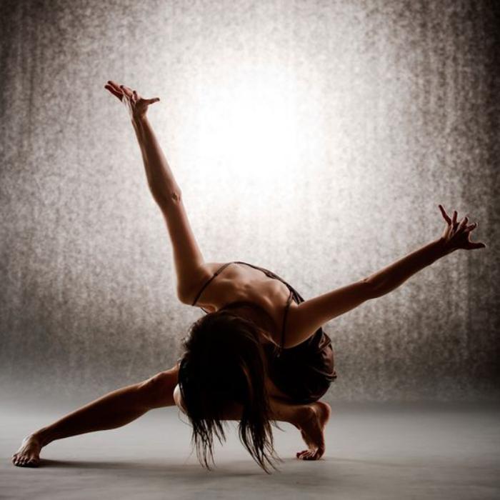 danse-contemporaine-bas-près-de-la-terre