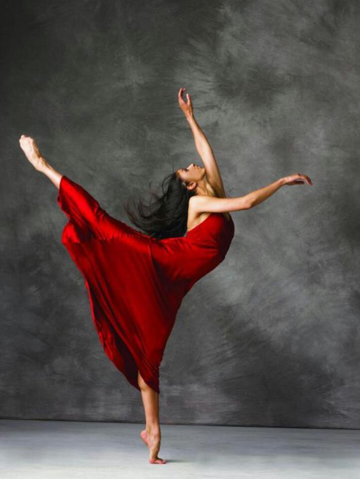 danse-contemporaine-danceuse-fine-en-robe-longue