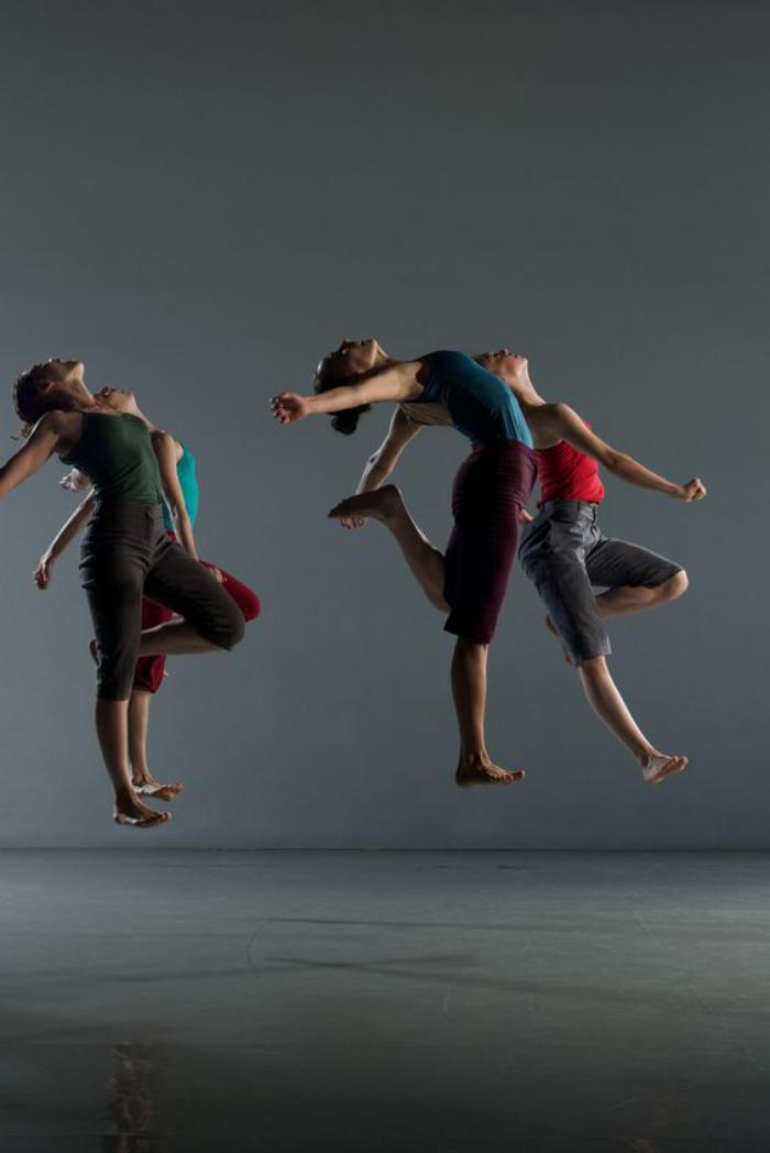 danse-contemporaine-danseurs-en-l'air