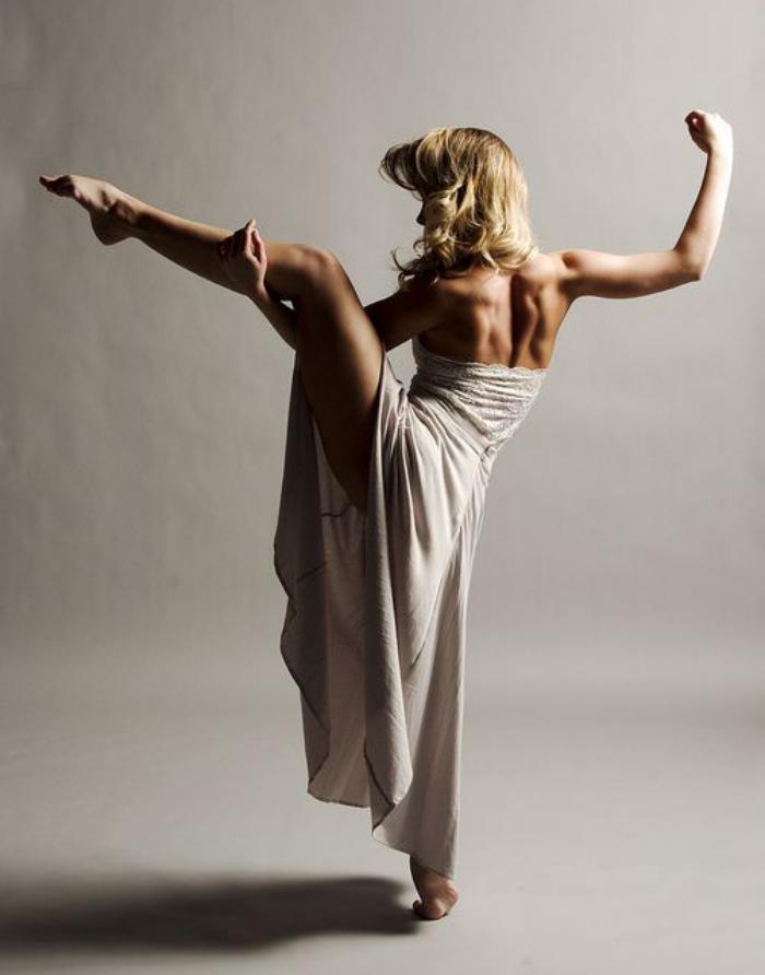 danse-contemporaine-danseuse-en-robe-longue