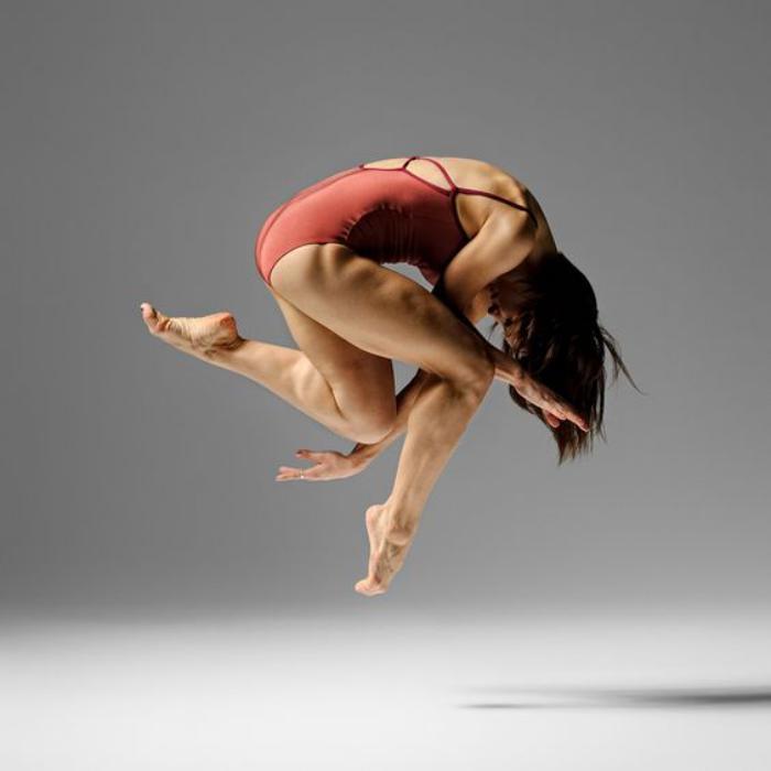 danse-contemporaine-danseuse-en-saut