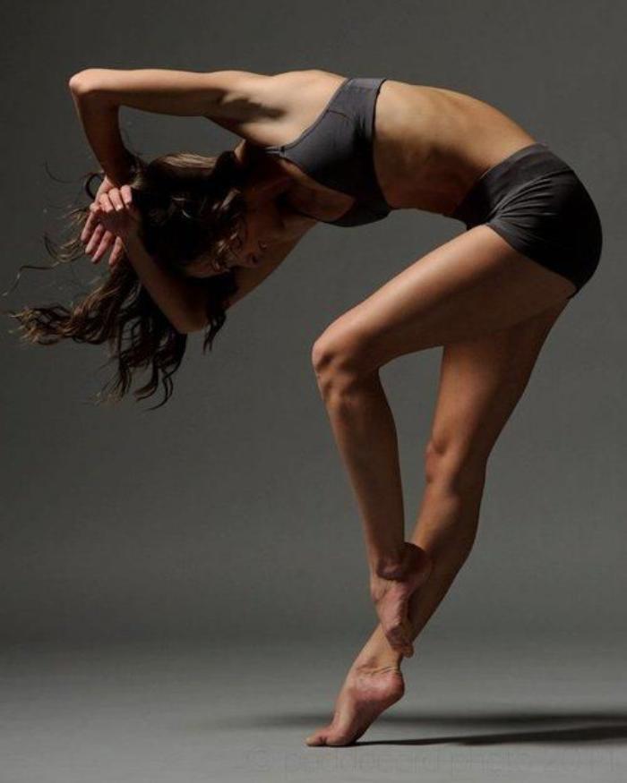 danse-contemporaine-féminité-et-style-danseuse