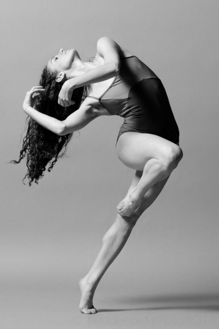 danse-contemporaine-posture-danseuse-contemporaine