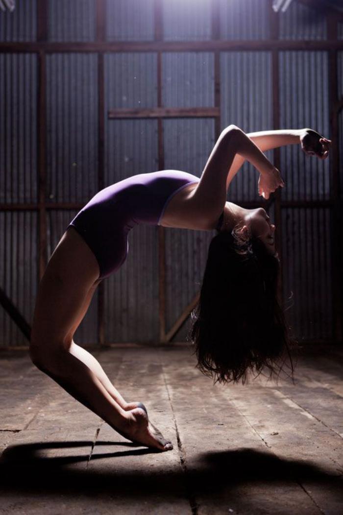 danse-contemporaine-posture-incroyable-de-danseuse