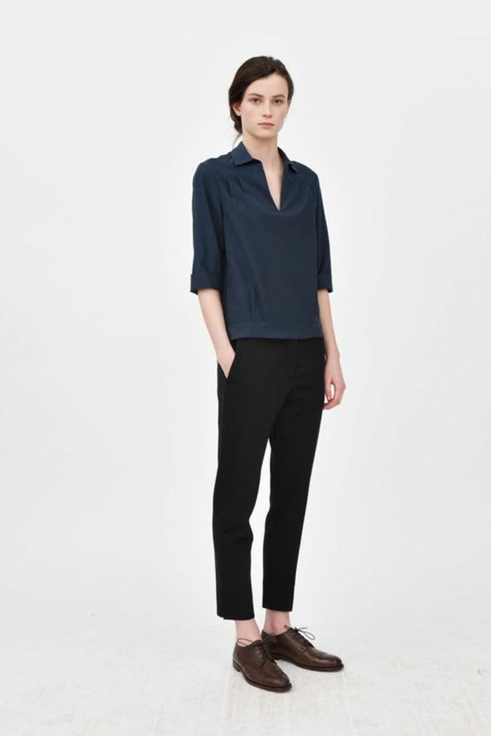 derby-chaussures-femme-marron-foncé-chemise-bleu-foncé-cheveux-marrons