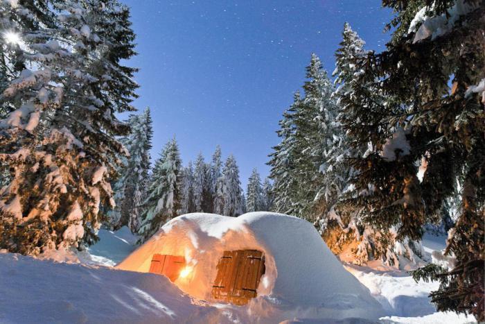 dormir-en-igloo-igloo-de-neige-porte-de-bois