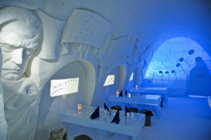 dormir-en-igloo-un-grand-igloo-bar-dans-la-glace