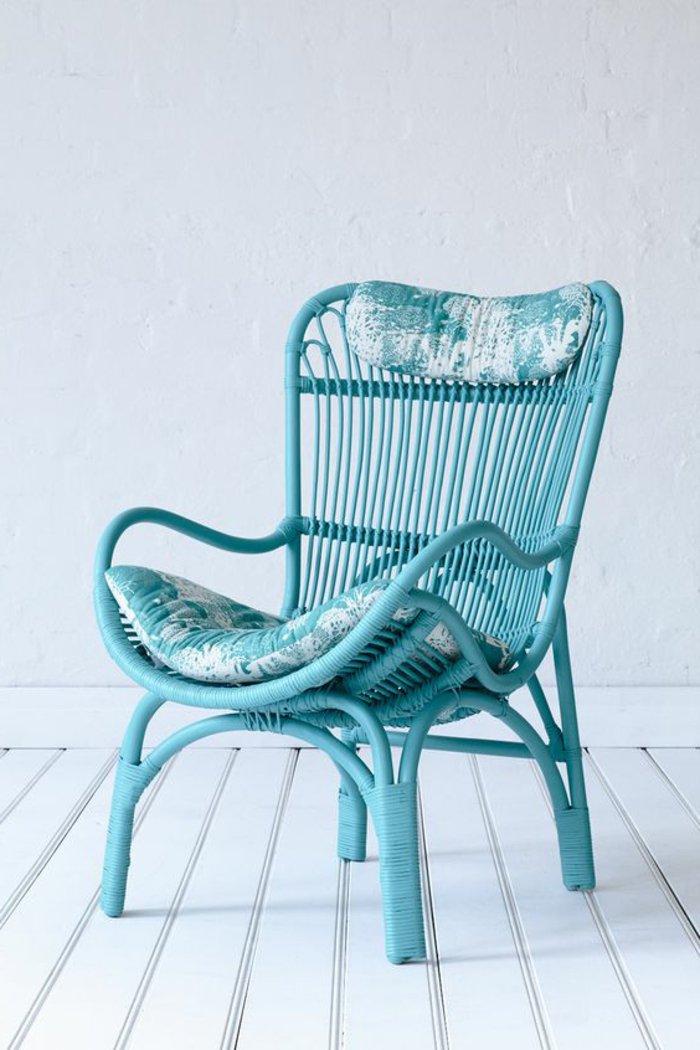 en-bleu-intérieur-design-fauteuil-rotin-vintage-cool-idée-aménagement-salon