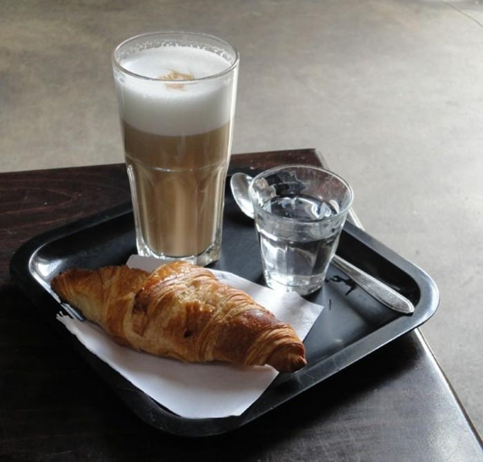 faire-un-cappuccino-cool-idée-café-chouette-boisson-chaude-croissant