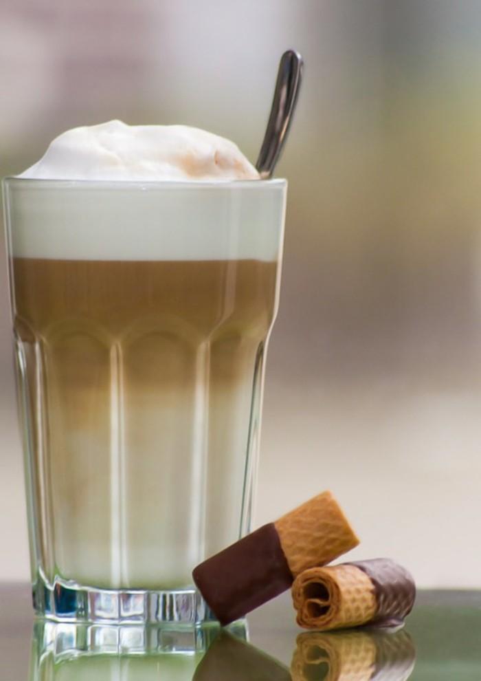 faire-un-cappuccino-cool-idée-café-chouette-boisson-chaude-latté-et-biscuits