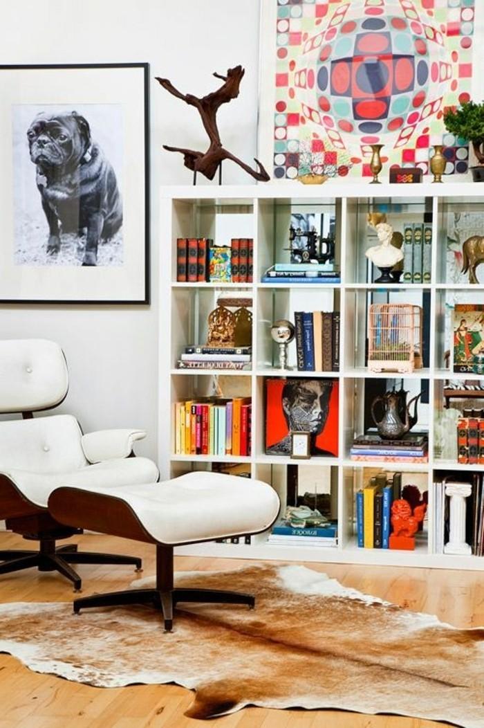 fauteuil-massant-en-cuir-beige-tapis-en-peau-d-animal-sol-en-parquet-clair